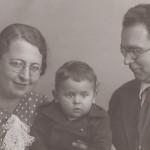 """Подпись Б.Золотарева к фото: """"С мамой и папой, 1940 год"""""""