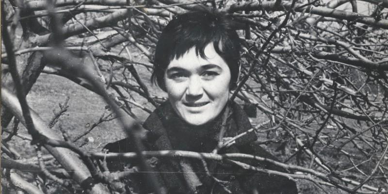 Любимая фотография Тани: в вишневом саду на проспекте Вернадского в Москве, в 1972 году
